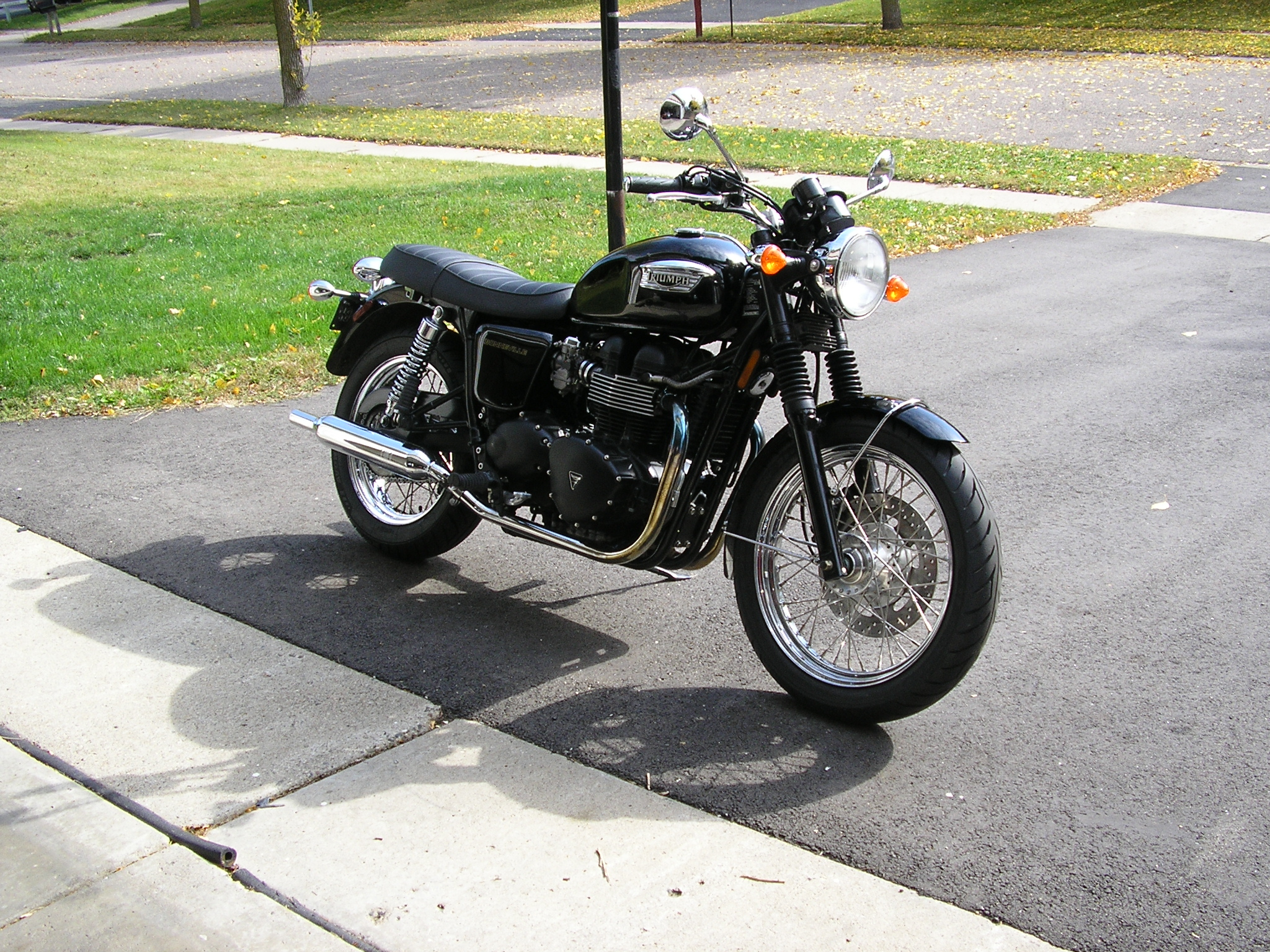Triumph Bonneville Black.